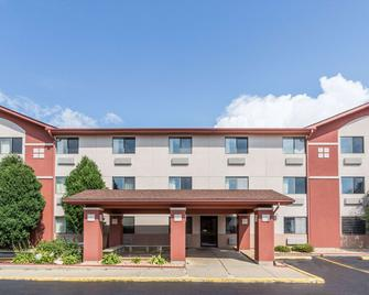 Super 8 by Wyndham St. Charles - Saint Charles - Building