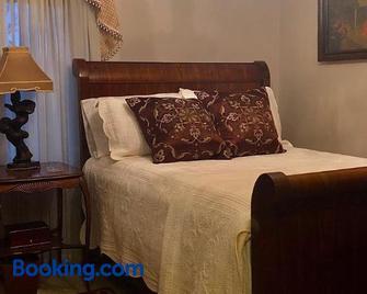 Winnie's Bed & Breakfast - Lawrenceburg - Bedroom