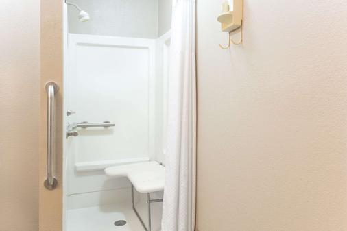 Days Inn by Wyndham Forest - Forest - Bathroom