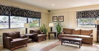 Quality Inn - Chesapeake - Living room