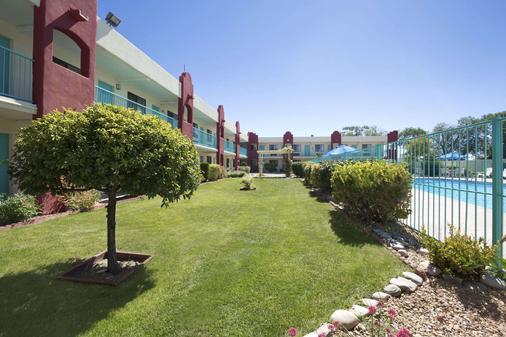 Days Inn by Wyndham Santa Fe New Mexico - Santa Fe - Building