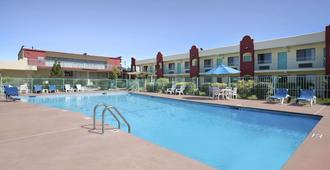 Days Inn by Wyndham Santa Fe New Mexico - Santa Fe - Svømmebasseng
