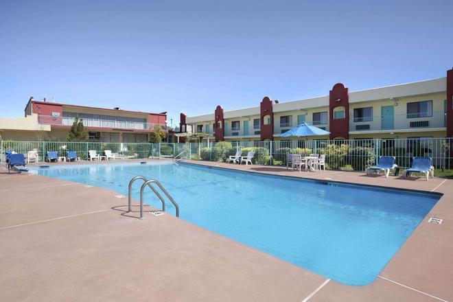 Days Inn by Wyndham Santa Fe New Mexico - Santa Fe - Pool