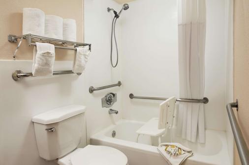 Days Inn by Wyndham Santa Fe New Mexico - Santa Fe - Bathroom