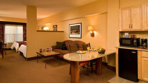 Six Flags Lodge & Indoor Waterpark - Park Access Included - Queensbury - Living room