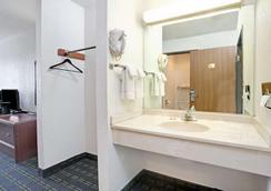 Super 8 by Wyndham Monee - Monee - Bathroom
