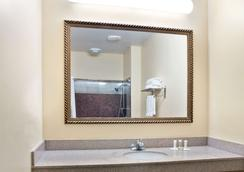 Super 8 by Wyndham Conroe - Conroe - Bathroom