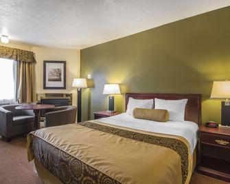Econo Lodge Inn & Suites - Хай-Левел - Спальня