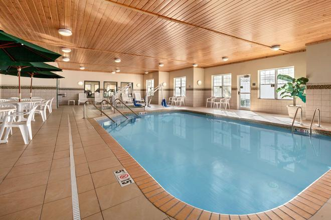 Country Inn & Suites Red Wing - Red Wing - Pool