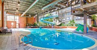 Delta Hotels by Marriott Toronto East - טורונטו - בריכה
