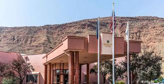 Quality Suites Moab near Arches National Park - Moab - Building