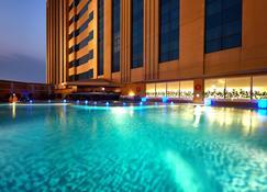 فندق ميلينيوم ومركز مؤتمرات الكويت - السالمية - حوض السباحة