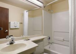 Super 8 by Wyndham Cheyenne WY - Cheyenne - Bathroom