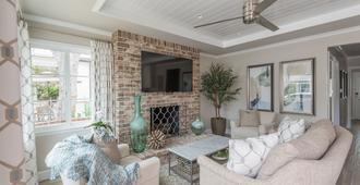 New Listing - Completely Renovated Balboa Island Cottage - Newport Beach - Sala de estar
