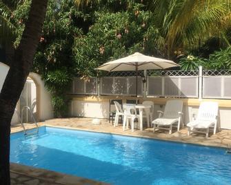Rayan Tourist Villa - Flic en Flac - Pool