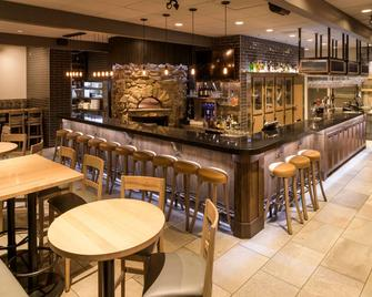 Ramada by Wyndham Penticton Hotel & Suites - Penticton - Bar