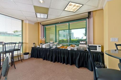 Rosedale On Robson Suite Hotel - Vancouver - Buffet