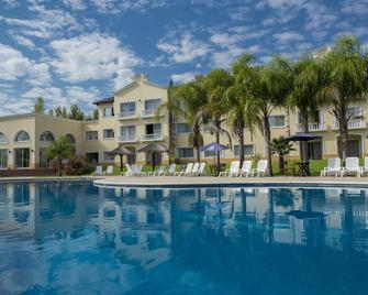 Howard Johnson by Wyndham Resort Pilar - Pilar (Buenos Aires) - Pool