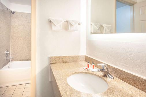 Howard Johnson by Wyndham Airport Florida Mall - Orlando - Phòng tắm