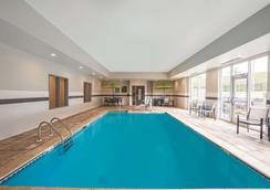 La Quinta Inn & Suites by Wyndham Cleveland TN - Cleveland - Pool