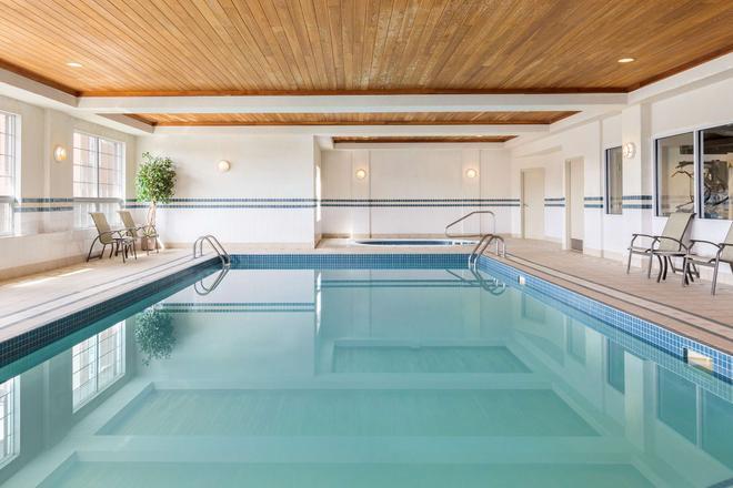 Country Inn & Suites by Radisson, Calgary Airport - Calgary - Pool