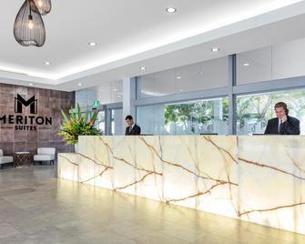 Meriton Suites Broadbeach - Broadbeach - Front desk