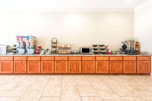 Ramada by Wyndham College Station - College Station - Buffet
