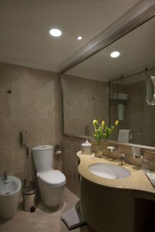 Two Seasons Hotel & Apartments Former Gloria - Dubai - Bathroom