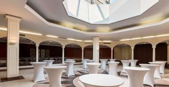 Park Inn by Radisson Pulkovskaya Hotel & Conferenc - סנט פטרסבורג - מסעדה