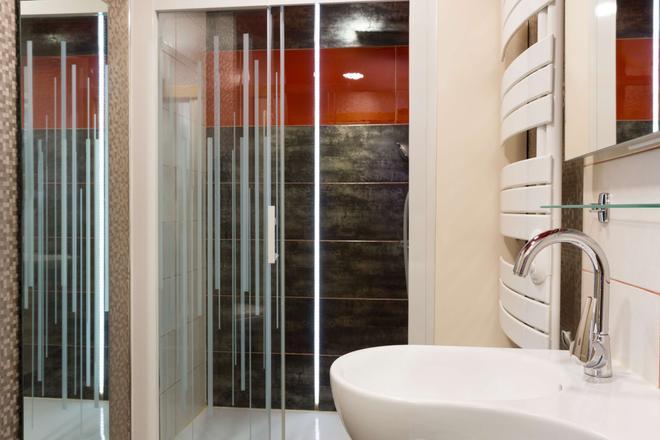 The Originals City, Archotel, Sens (Inter-Hotel) - Sens - Bathroom