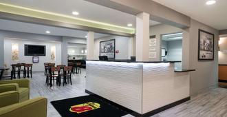 Super 8 by Wyndham Rochester Mayo Clinic Area - Rochester - Front desk