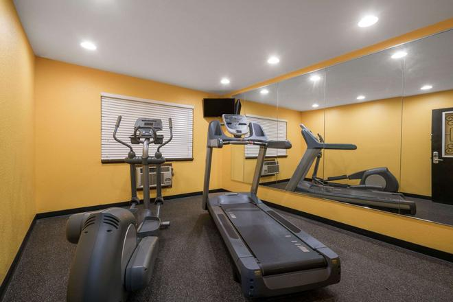Super 8 by Wyndham Rochester Mayo Clinic Area - Rochester - Gym