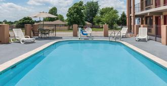 Days Inn & Suites by Wyndham Springfield on I-44 - Springfield - Pool