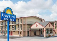 Days Inn & Suites by Wyndham Springfield on I-44 - Springfield - Building