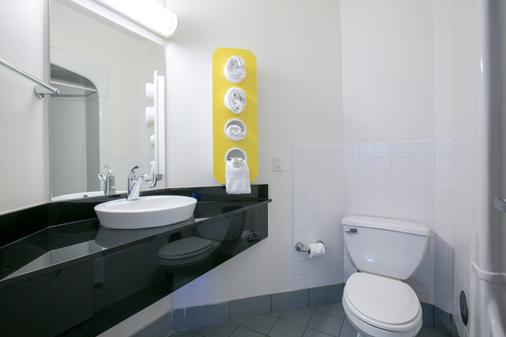 Motel 6 Minneapolis - Brooklyn Center - Brooklyn Center - Bathroom