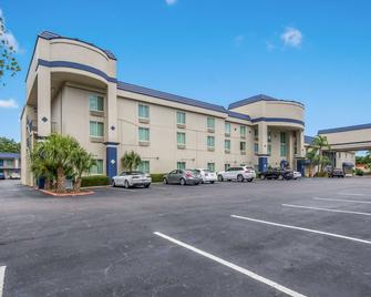 Clarion Inn and Suites Clearwater Central - Clearwater - Edificio