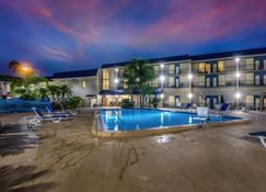 Clarion Inn and Suites Clearwater Central - Clearwater - Piscina