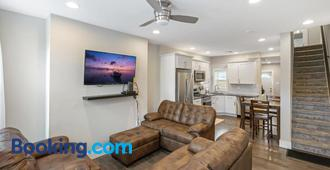 Luxury Rooms near Temple U, Drexel, UPenn, and the MET - Philadelphia - Living room