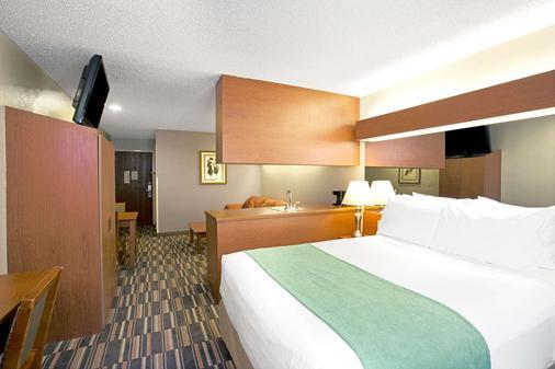 Microtel Inn & Suites by Wyndham Cherokee - Cherokee - Bedroom