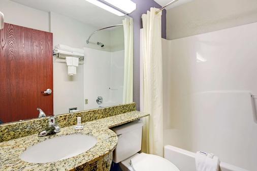 Microtel Inn & Suites by Wyndham Cherokee - Cherokee - Bathroom