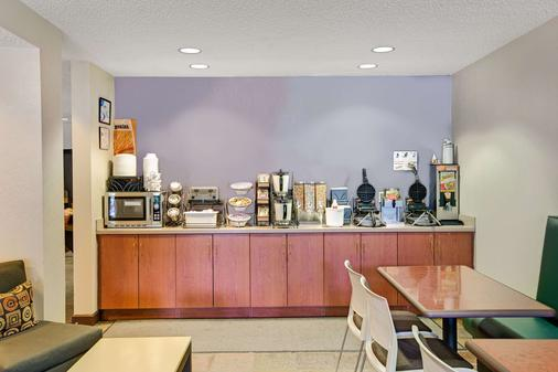 Microtel Inn & Suites by Wyndham Cherokee - Cherokee - Buffet