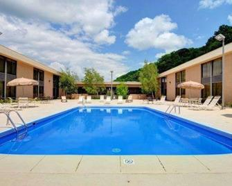 Quality Hotel and Conference Center - Bluefield - Pool