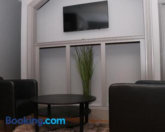 Stylish Studio in Brookline-5min train to Boston.. #2 - Brookline - Living room