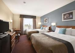 Super 8 by Wyndham Whitecourt - Whitecourt - Bedroom