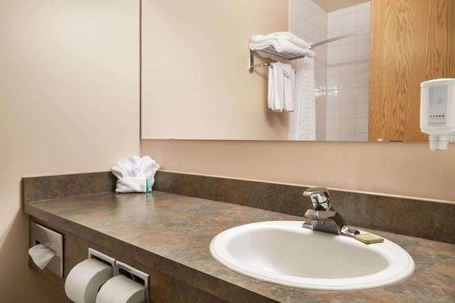 Super 8 by Wyndham Whitecourt - Whitecourt - Bathroom