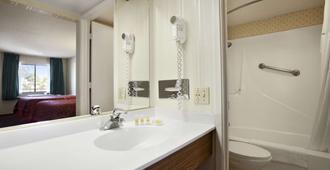 Days Inn by Wyndham Gilroy - Gilroy - Bathroom