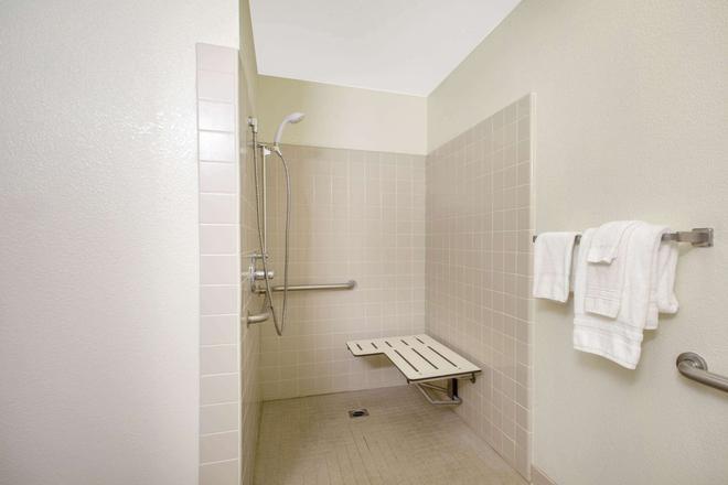 Ramada Limited Redding - Redding - Bathroom