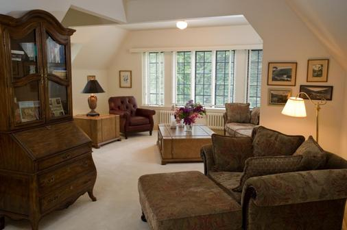 Blaylock's Mansion - Nelson - Living room