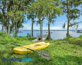Cozy River Cabin, Family Friendly! Dock, Ping Pong, Bball Court - Palatka
