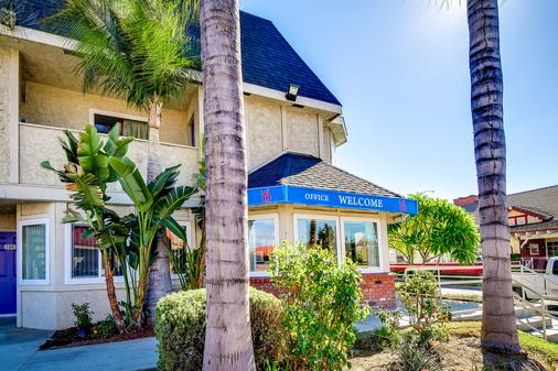 Motel 6 Riverside South - Riverside - Toà nhà